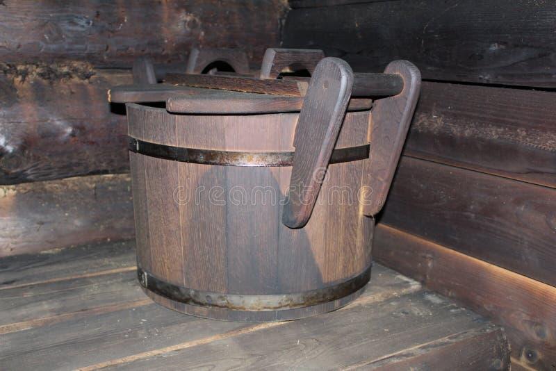 Houten oude ton voor water in het bad stock foto