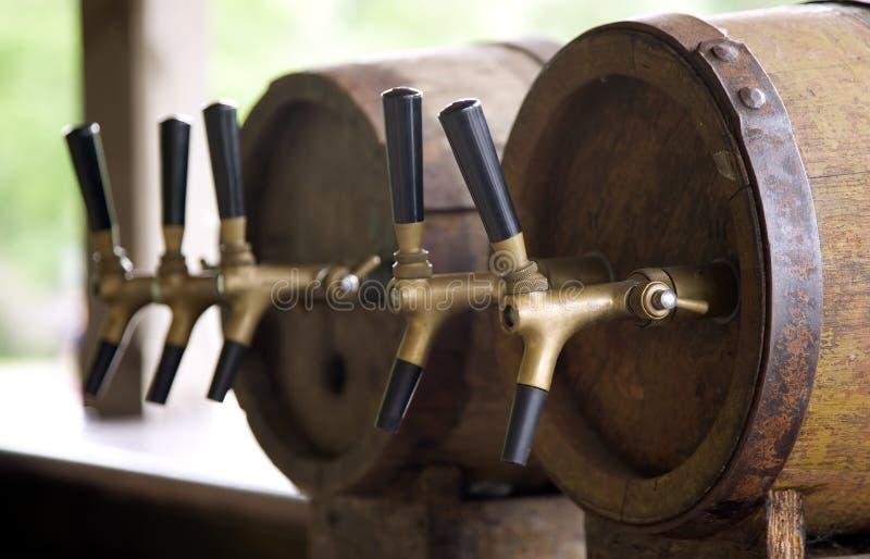 Houten oude vaten met pijp voor bier royalty-vrije stock foto's