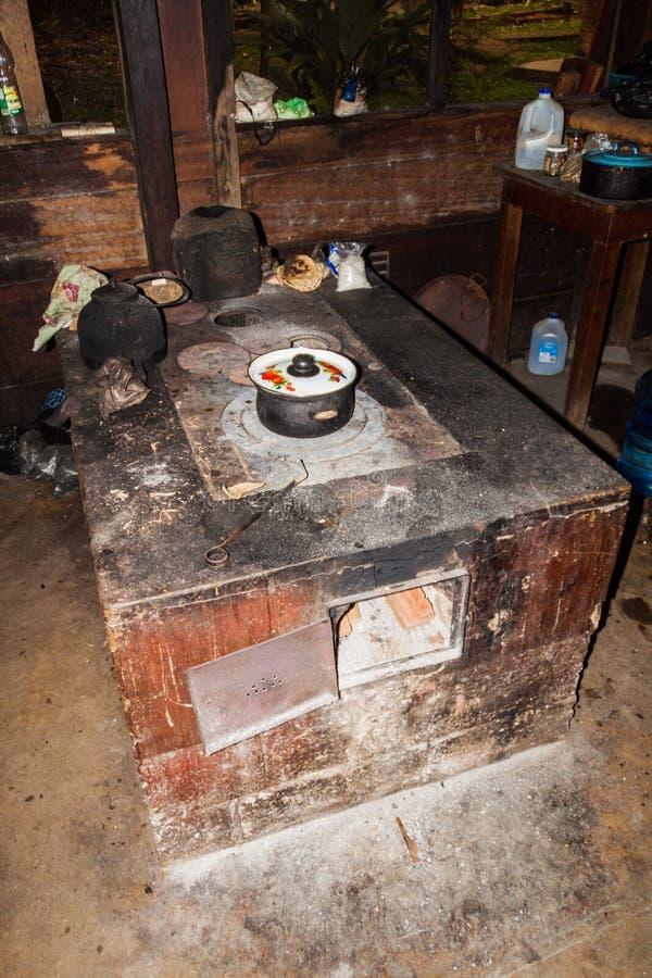 Houten oven in een het kamperen plaats in Nationaal Park Laguna Lachua, Guatema royalty-vrije stock foto