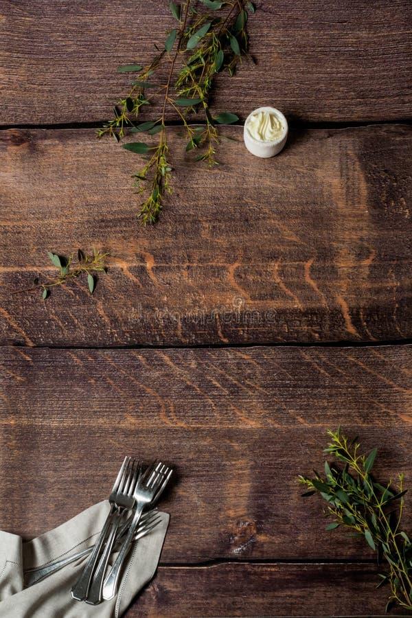 Houten patroon met vorken en boter stock fotografie