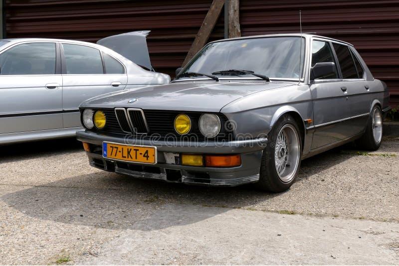 HOUTEN, PAYS-BAS - 19 AVRIL 2014 : BMW gris argenté E30 sur l'affichage pendant l'exposition de voitures photos libres de droits