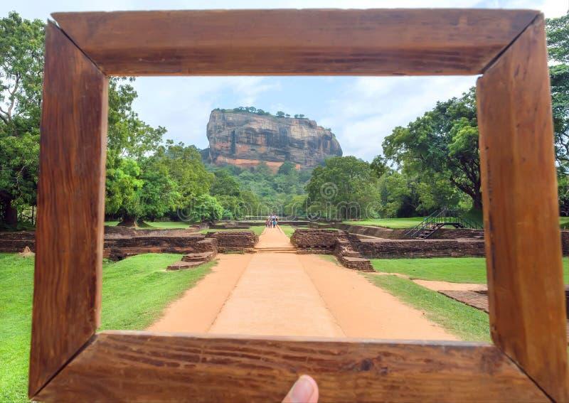 Houten photoframe voor samenstelling met landschap van Sigiriya-berg en beroemde historische en archeologische plaats stock afbeelding