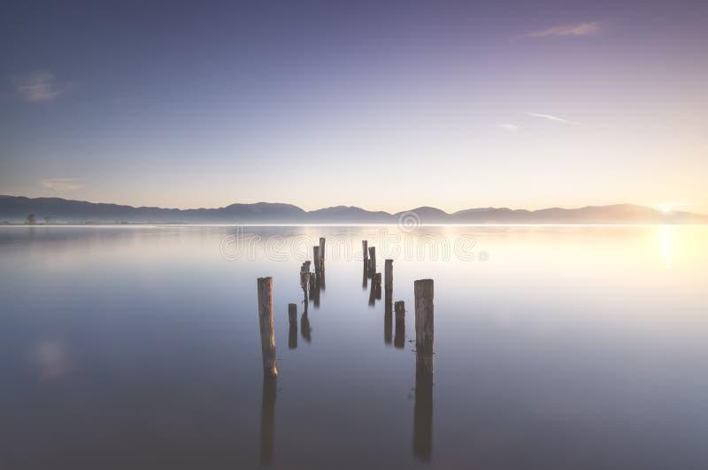 Houten pier- of aanlegresten en meer bij zonsopgang Torre del lago Puccini Versilia Tuscany, Italië royalty-vrije stock fotografie
