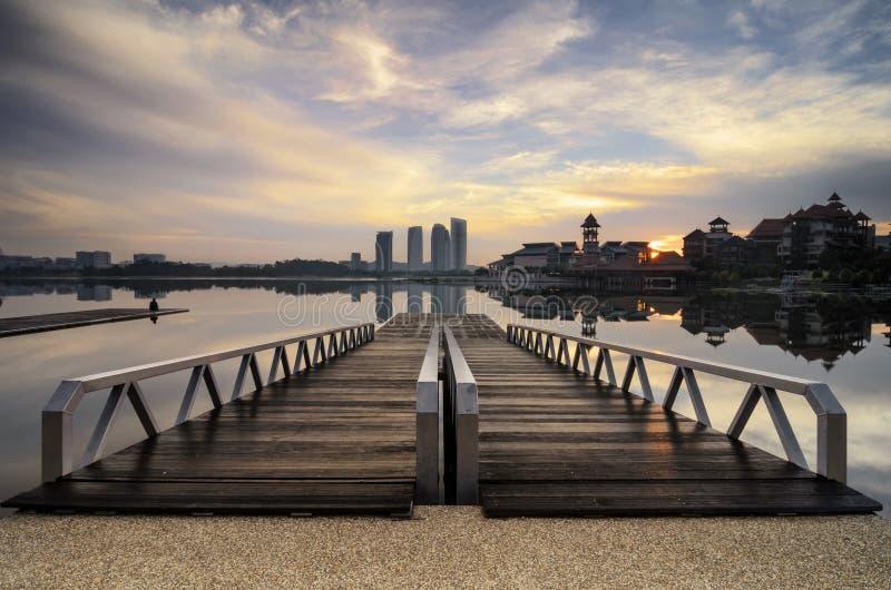 Houten pier en mooi landschap van lakeshore over zonsopgangachtergrond royalty-vrije stock afbeelding