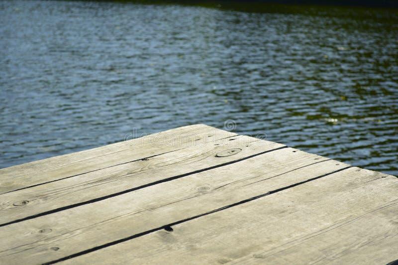 Houten pier op een mooi meer stock afbeelding