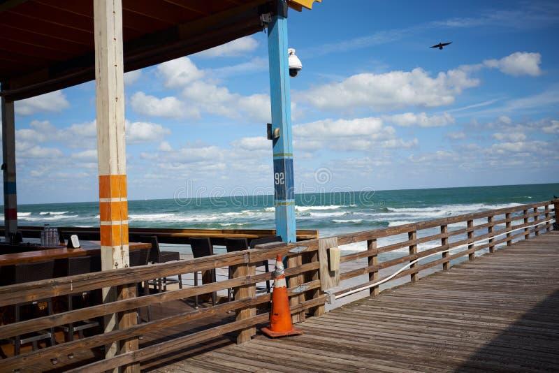 Houten pier of promenade op een Strand van Florida stock fotografie