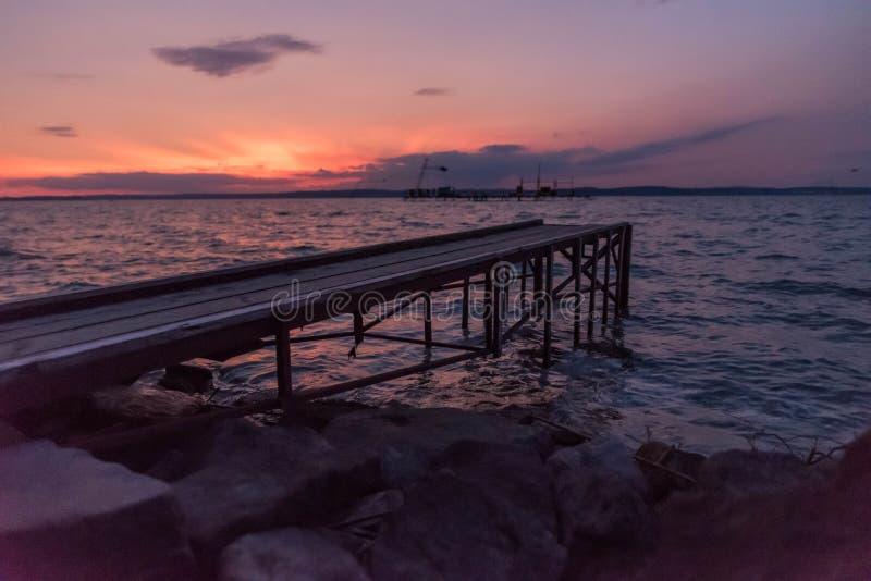 Houten pijler bij zonsondergang stock afbeeldingen