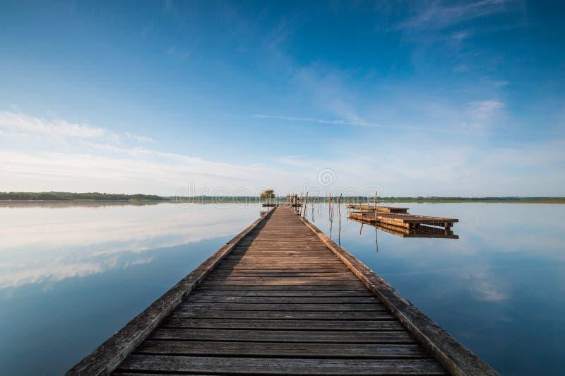 Houten pijler in een meer Zonsopgang in Soustons, Frankrijk royalty-vrije stock afbeelding
