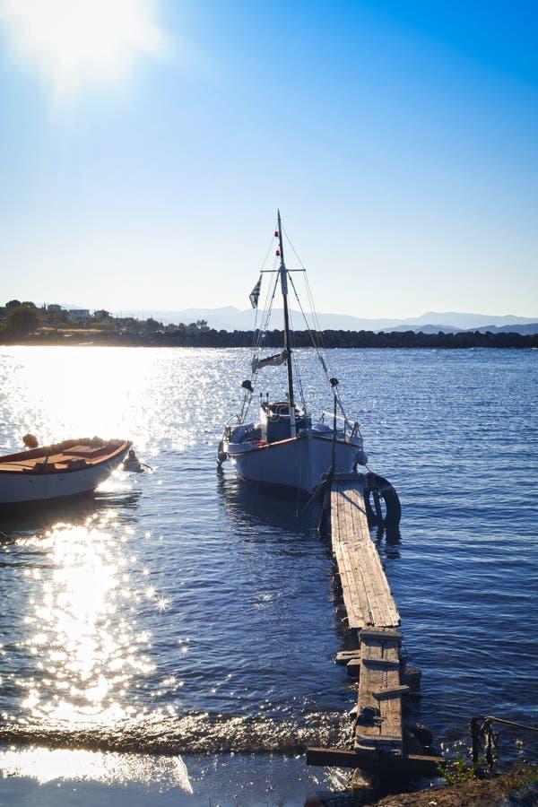 Houten pijler en vissersboten stock afbeelding