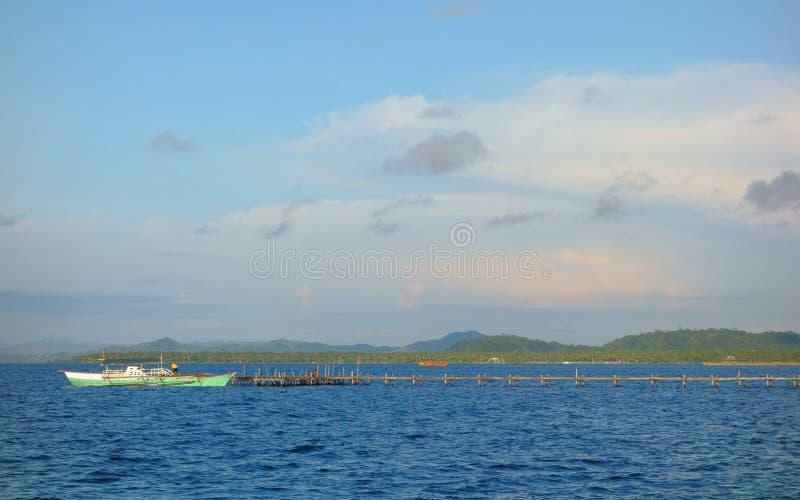 Houten pijler met een boot stock foto's