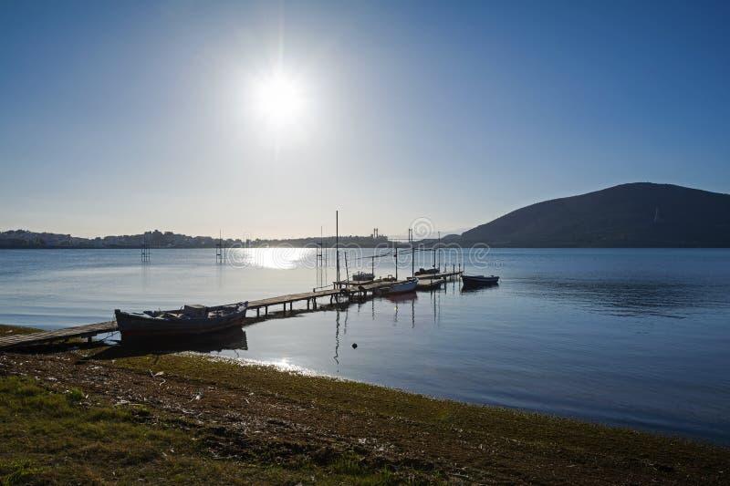 Houten pijler met kleine vissersboten royalty-vrije stock afbeeldingen