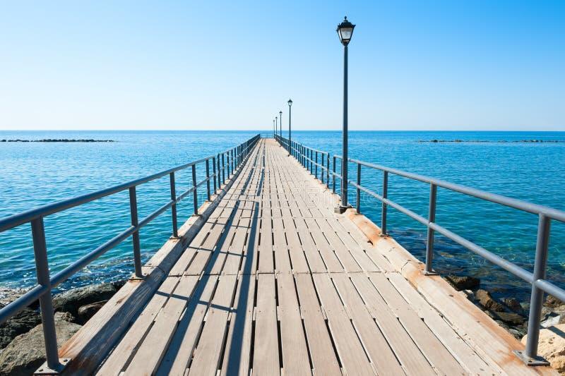 Houten pijler op de zeekust in Limassol, Cyprus royalty-vrije stock afbeelding