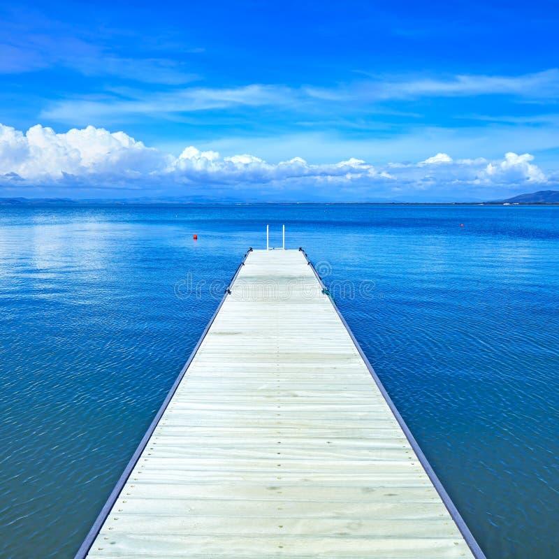 Houten pijler of pier op een blauwe oceaan. Strand in Argentario, Toscanië, Italië stock afbeelding