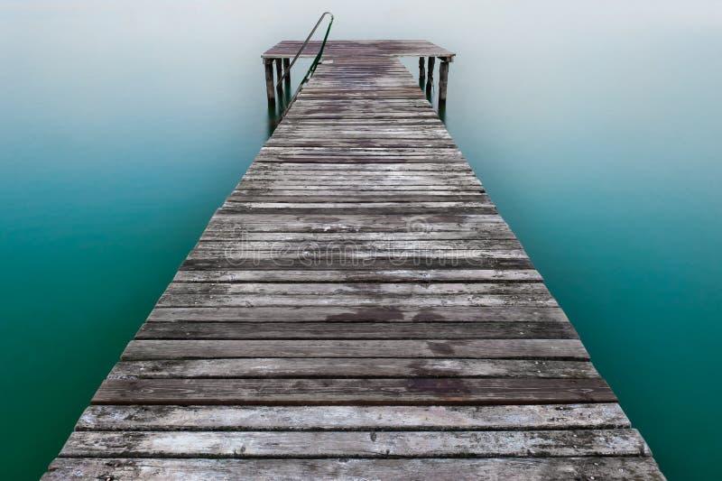 Houten pijler of pier op meer royalty-vrije stock afbeelding