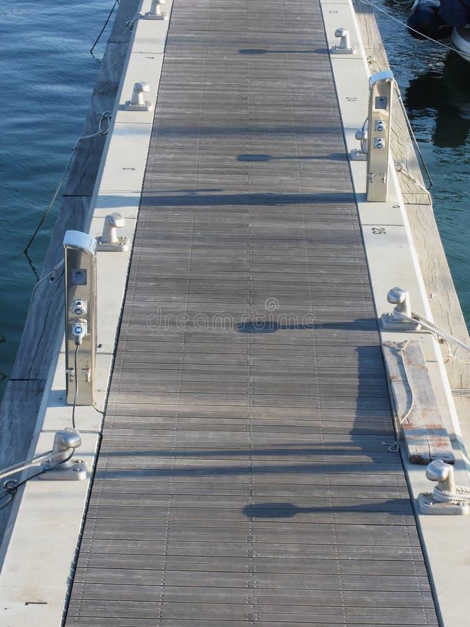 Houten pijler voor boten met elektriciteitsvoorzieningstoestellen in de haven in Marina di Pisa, Toscanië, Italië royalty-vrije stock afbeeldingen