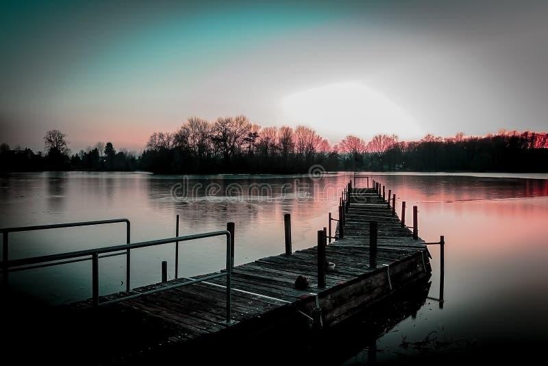 Houten pijler, zonsondergangmeer royalty-vrije stock foto