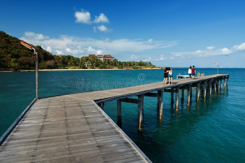 Houten pijlerbrug met zeegezicht, Rayong stock foto