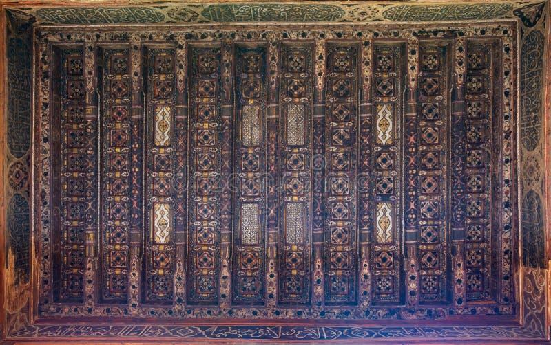 Houten plafond dat met bloemenpatroondecoratie bij ottomane historisch Beit El Set Waseela buildingØŒ Oud Kaïro, Egypte wordt ver stock foto