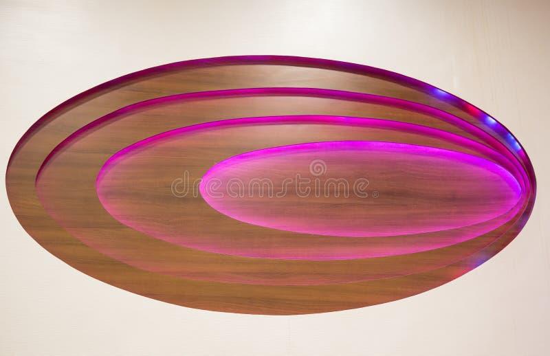 Houten plafond met verlichtingspanelen royalty-vrije stock fotografie