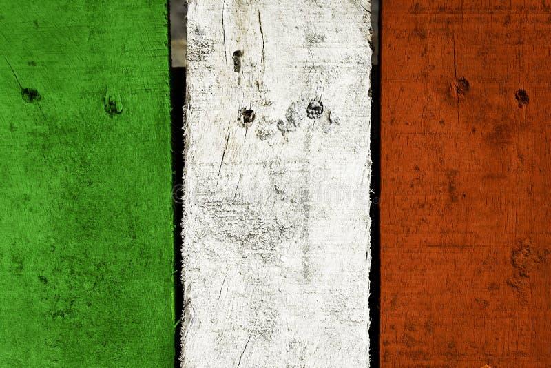 Houten plank met Italiaanse vlagkleur geschilderde achtergrond stock afbeelding
