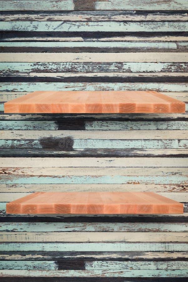 Houten plank op houten uitstekende muurachtergrond - kan worden gebruikt voor stock afbeeldingen