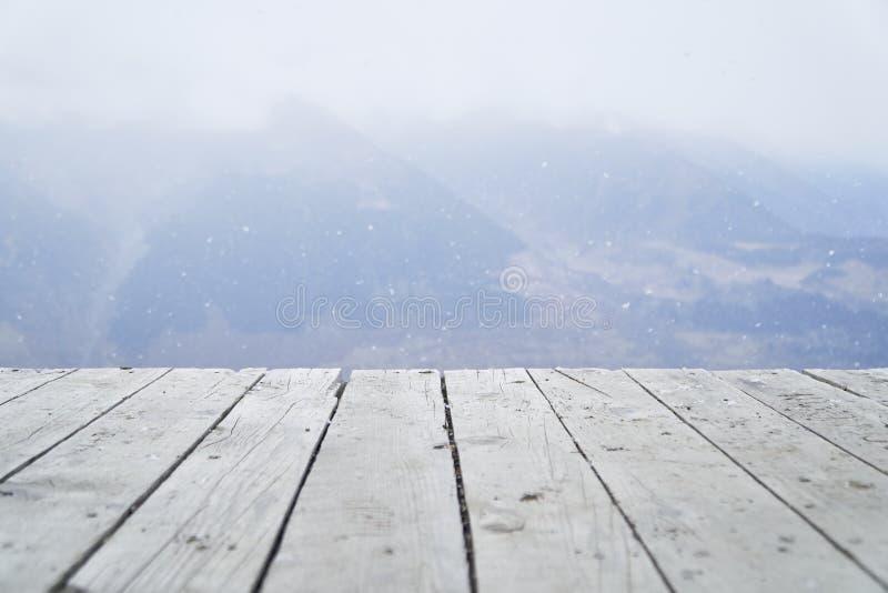Houten planken en bergen op de achtergrond royalty-vrije stock fotografie