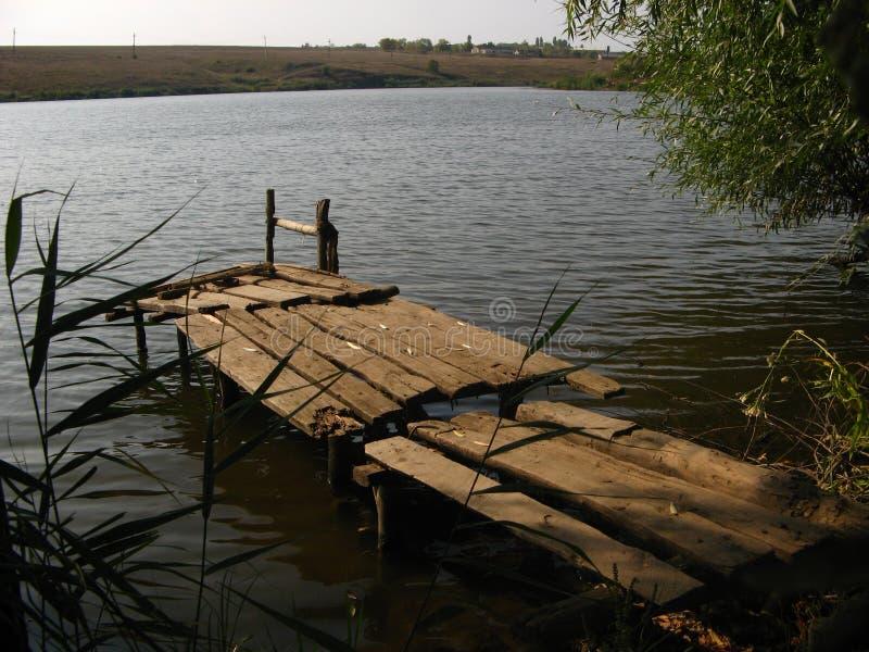 Houten platform door de rivier royalty-vrije stock foto