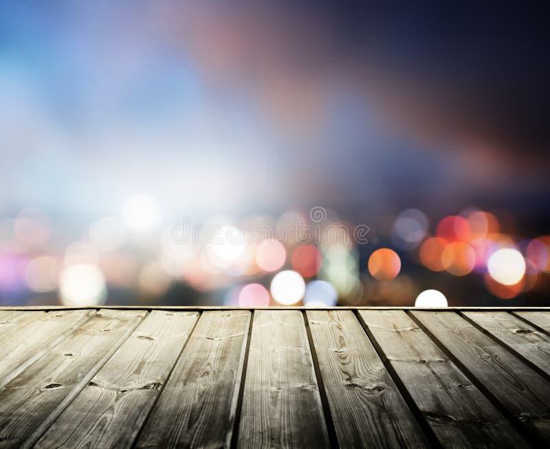 Houten platform en lichten van nacht stock afbeeldingen