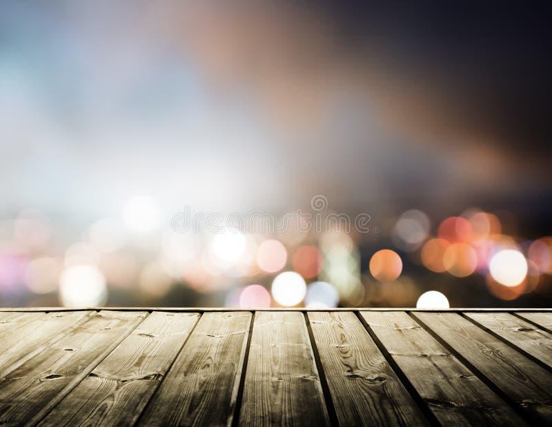 Houten platform en lichten van nacht stock foto