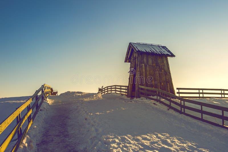 Houten plattelandshuisje in de winter stock fotografie