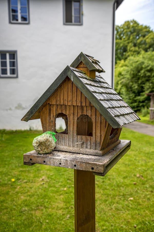 Houten plattelandshuisje en vogelvoeder bij de tuin royalty-vrije stock foto