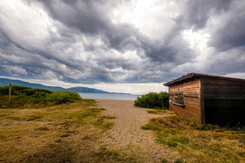 Houten plattelandshuisje op de zandige stranden stock foto's