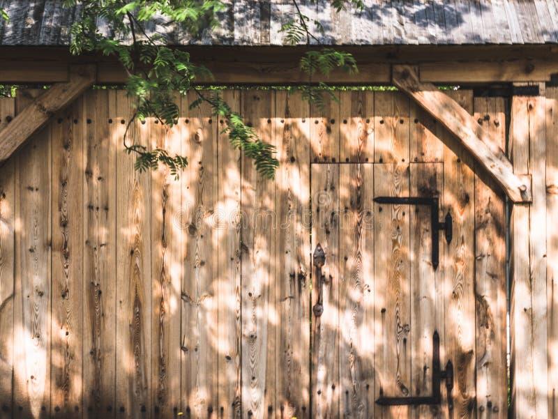 Houten poort aan het landbouwbedrijf stock fotografie
