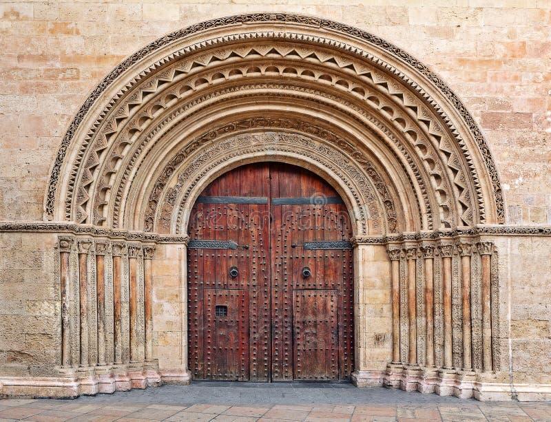 Houten poort bij de ingang aan Valencia Cathedral. stock afbeelding
