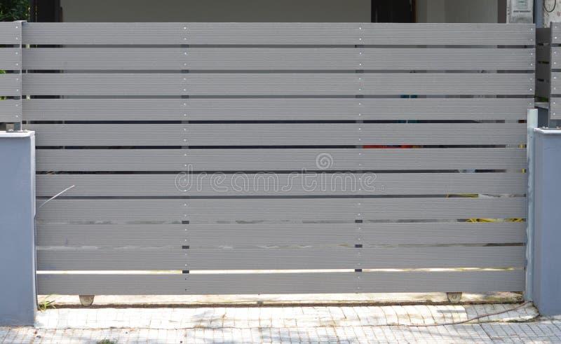 Houten poort van privé garage stock foto