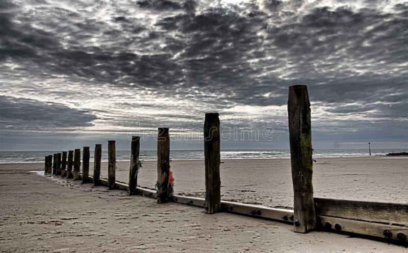Houten posten bij de kust in noordelijk Wales stock foto