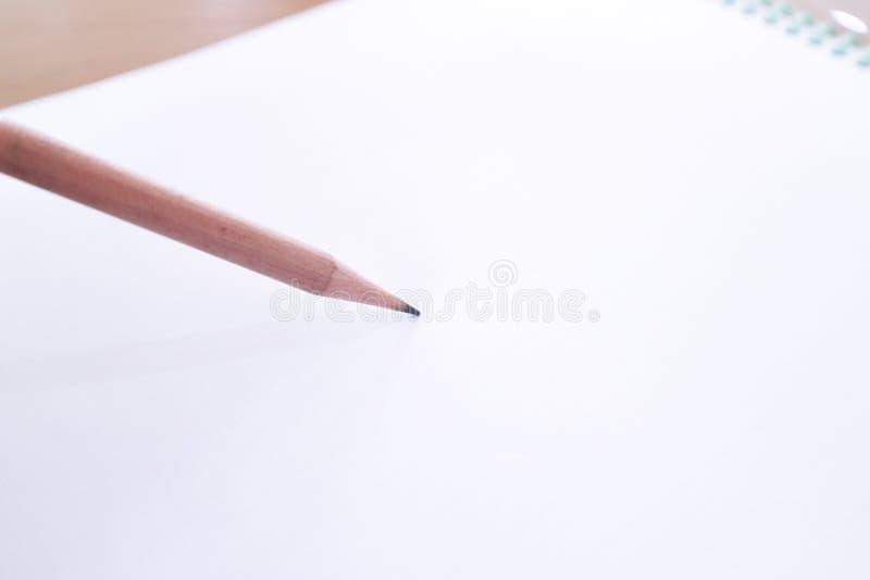 Houten potlood en duidelijk document royalty-vrije stock afbeeldingen