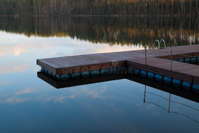 Houten Promenade bij het meer royalty-vrije stock foto