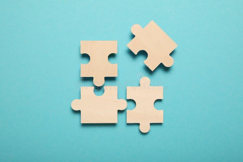 Houten puzzels, problemen oplossen in het bedrijfsleven Innovatie en teamwerk in bedrijven royalty-vrije stock afbeelding