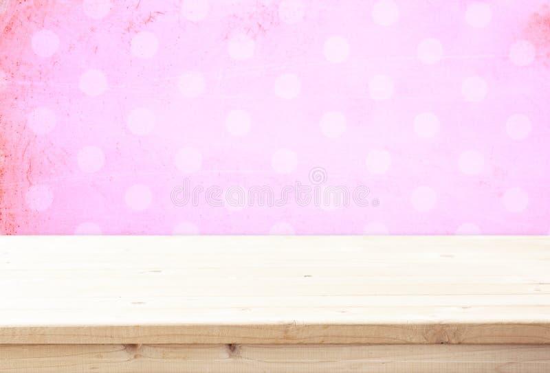 Houten raad en roze uitstekende achtergrond voor productvertoning royalty-vrije stock fotografie