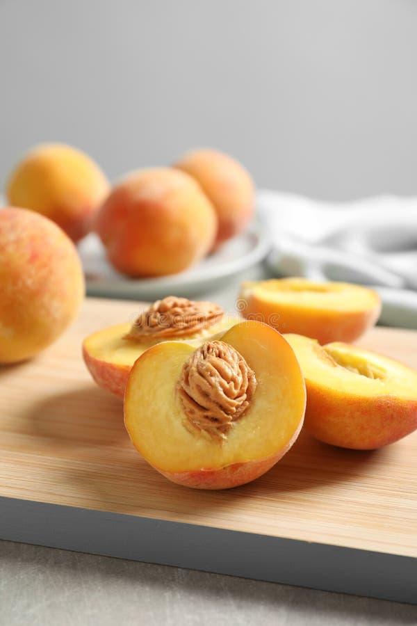 Houten raad met verse zoete perziken stock foto's