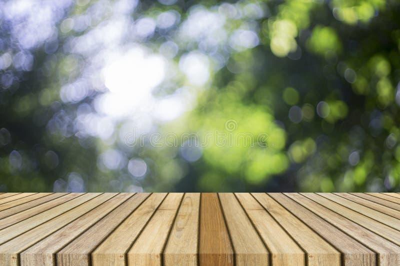 Houten raads lege lijst voor natuurlijke vage achtergrond Perspectief bruin hout over bokeh van boom royalty-vrije stock foto's