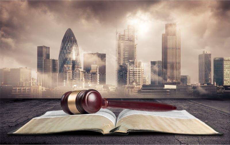 Houten rechtershamer met boek Rechtvaardigheid en wet stock fotografie
