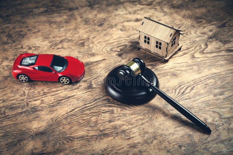 Houten rechtershamer met huis en auto Veiling en het bieden concept royalty-vrije stock foto