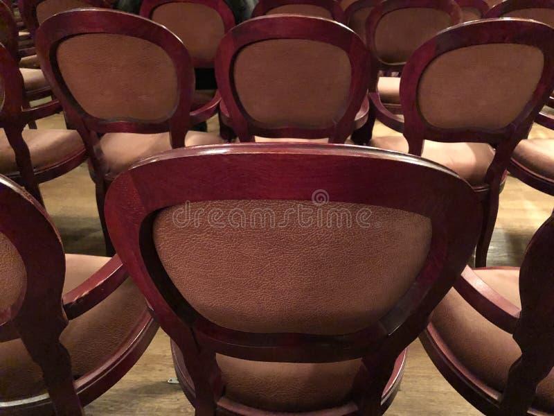 Houten retro zetels voor toeschouwers in het theater of de bioskoop stock foto