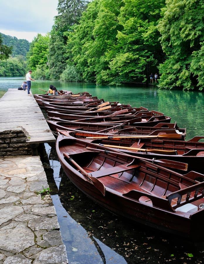 Houten Rijboten, het Nationale Park van Plitvice, Kroatië stock foto's