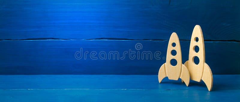 Houten ruimteraket op een blauwe achtergrond Het concept minimalism, hoogwaardige technologie?n en aspiraties om kosmische ruimte royalty-vrije stock foto's