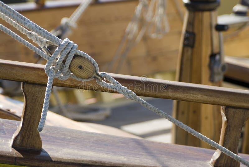 Houten ruk blok, kabels weg royalty-vrije stock afbeelding