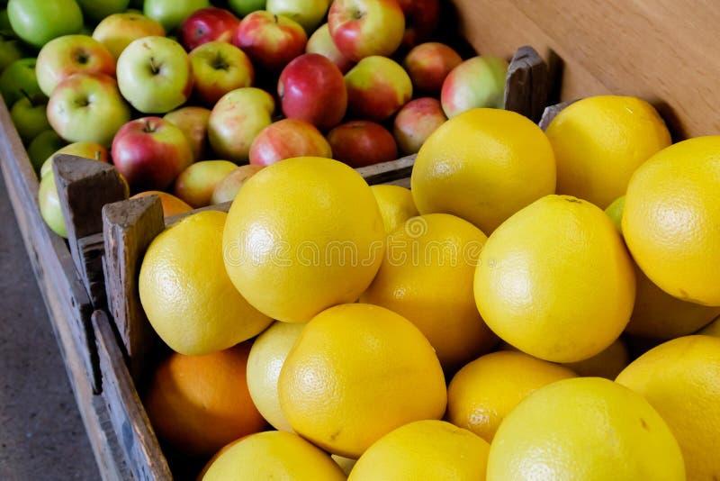 Houten rustieke dozen met grapefruit en appelen royalty-vrije stock foto