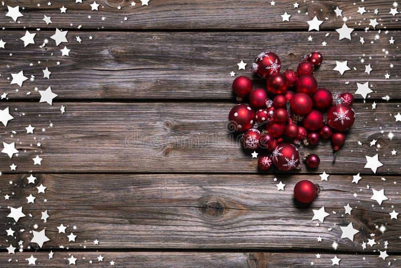 Houten rustieke Kerstmisachtergrond met rode ballen en als kader royalty-vrije stock foto